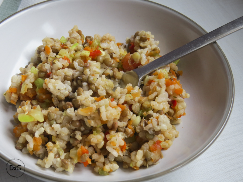 ensalada de arroz, lentejas y verduras al vapor